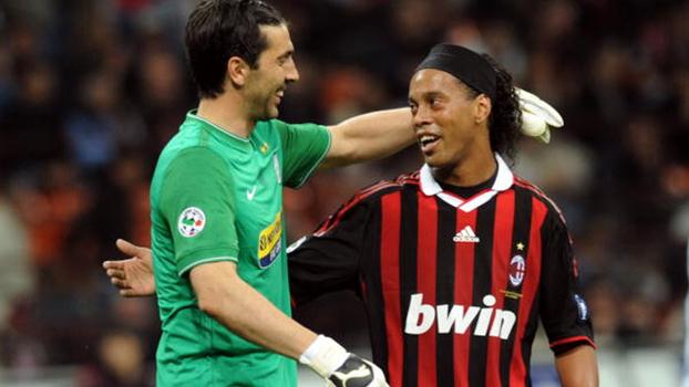 Destruiu! Na temporada 2009/10, Ronaldinho fez quatro gols contra a Juventus pelo Milan; relembre