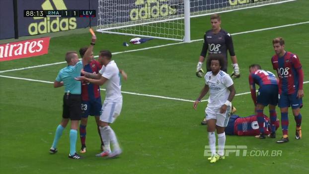 Marcelo quase faz golaço, mas comete agressão na sequência e é expulso pelo Real Madrid