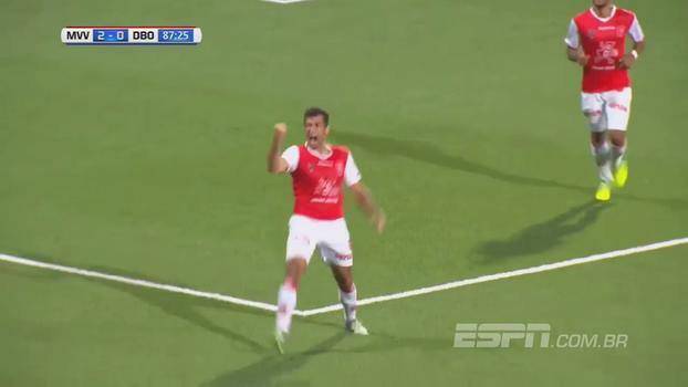 Depois de salvar gol em cima da linha, zagueiro tenta afastar e faz lambança na Holanda