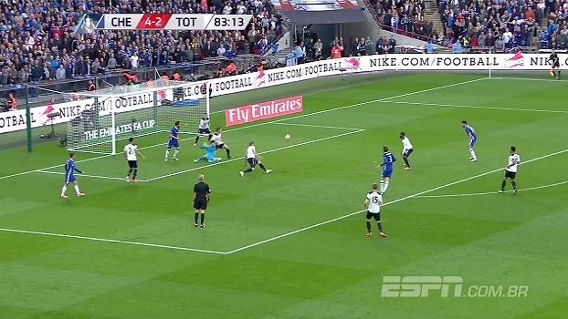 Tempo real: QUASE! Hazard dribla o goleiro e rola para Marcos Alonso, que bate em cima do zagueiro
