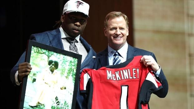 Emocionante! Primeira escolha dos Falcons no Draft, Tak McKinley conta promessa que fez para avó