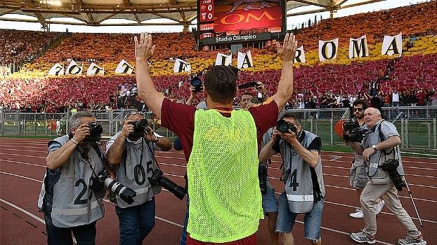 'Totti é a Roma'! Antes do início da partida, ídolo se emociona e agradece festa da torcida em despedida
