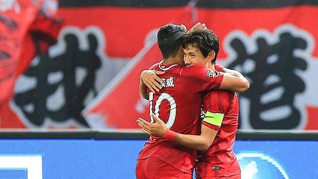 Com gol de Hulk e gol contra bizarro, Shanghai SIPG vence o clássico contra o Shanghai Shenhua
