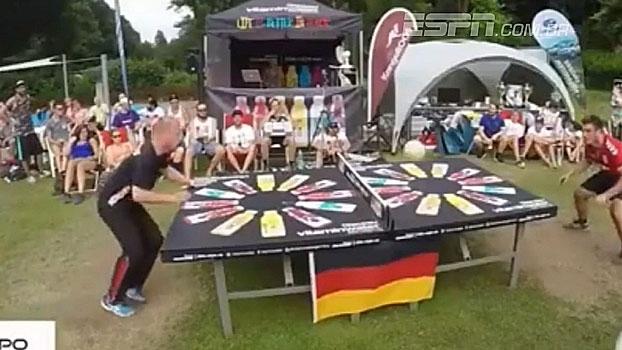 Na Alemanha, a nova moda é ping pong de cabeça