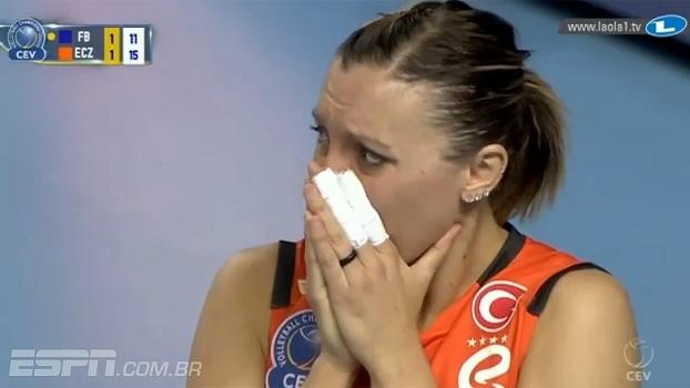 Imagem forte: Thaisa torce o tornozelo em jogo na Turquia; médicos descartam cirurgia