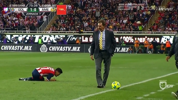 No México, treinador invade campo, 'desarma' adversário e é expulso