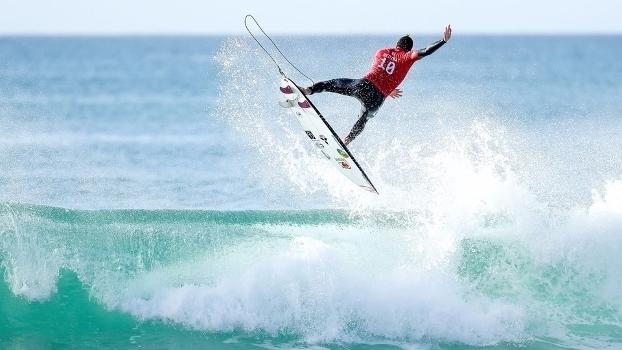 Medina leva a melhor sobre Mineirinho e está nas quartas do Mundial de surfe