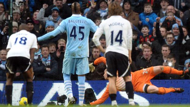 Balotelli decidiu no fim, e Manchester City venceu Tottenham por 3 a 2 em 2012; reveja