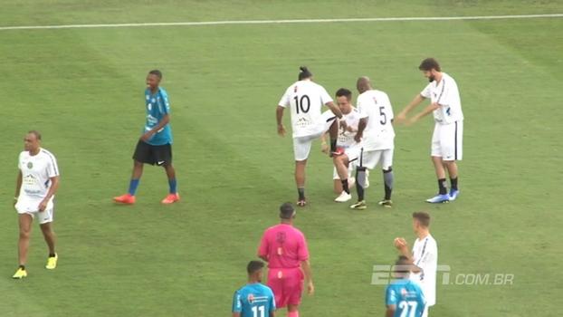 Ronaldinho marca golaço do meio campo em cima de Sidão e é reverenciado por ídolos do futebol em amistoso no Pacaembu