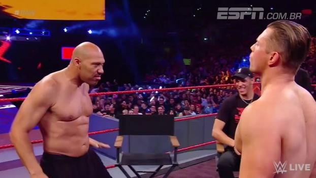 Em evento de luta-livre, LaVar Ball se empolga e até arranca camisa