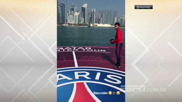 Deu ruim! Neymar tenta chutar bola para longe, chuteira escapa do pé e acaba boiando no mar