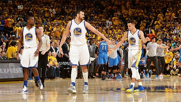 Ponte aérea de Curry para Bogut é destaque do 'Top 5' da vitória dos Warriors sobre o Thunder