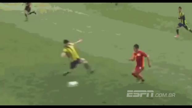 Jogador do Fenerbahçe dá carrinho criminoso em atleta do Galatasaray em partida sub-17 e leva apenas amarelo; veja