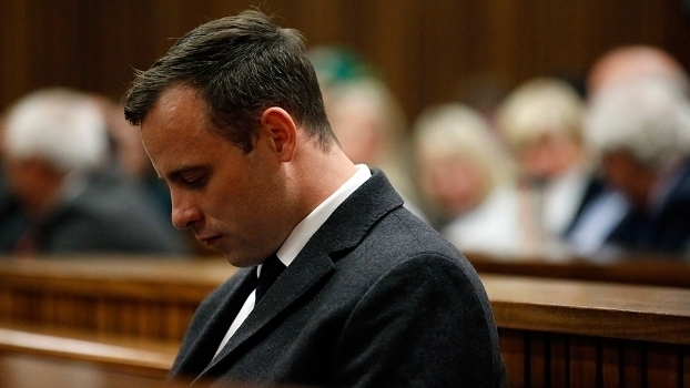 Oscar Pistorius é condenado a seis anos de prisão pela morte de sua ex-namorada