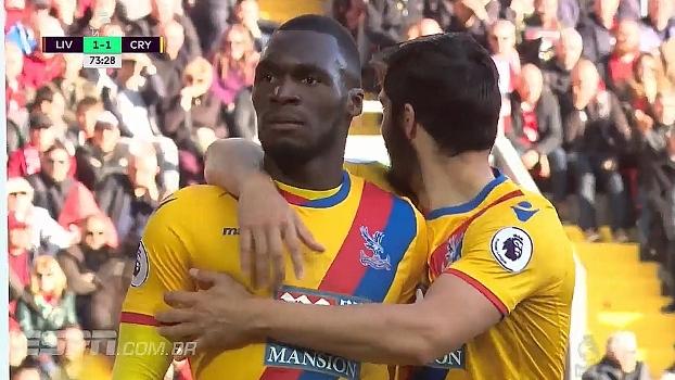 Tempo real: GOL do Crystal Palace! Em cruzamento, Benteke aparece livre na área para cabear para o gol e faz seu segundo no jogo