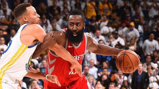 Stephen Curry marca James Harden