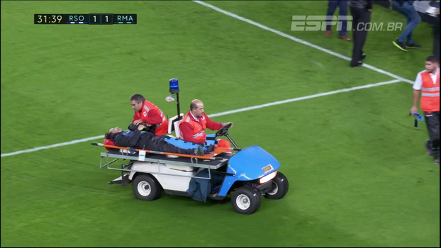 Profissional de imprensa passa mal no jogo do Real Madrid e sai de maca do gramado