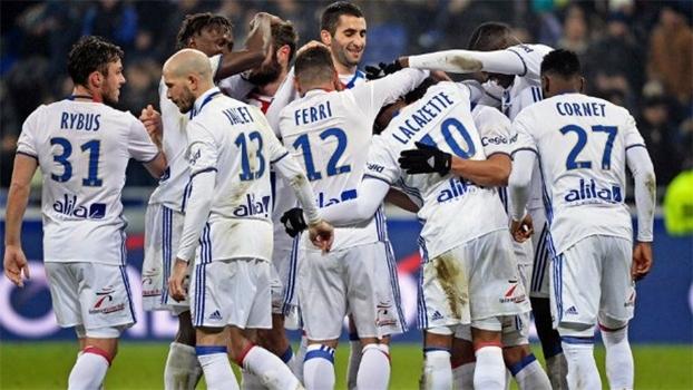 Com protestos, chutaço de Valbuena e 1º gol de ex-United, Lyon atropela Nancy no Francês