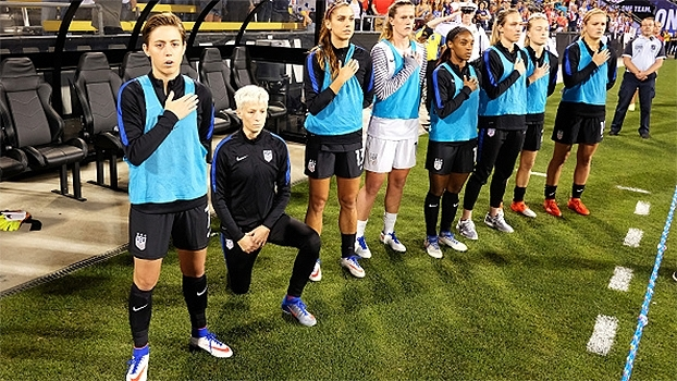 Campeã mundial, Megan Rapinoe se ajoelha durante hino americano antes de jogo da seleção