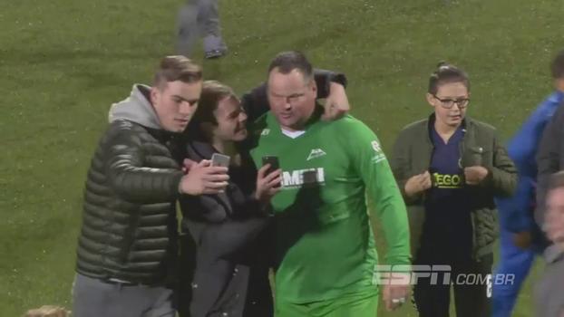 Não é o 'tiozão do churrasco': goleirão de 99kg rouba a cena ao enfrentar Ajax na Copa da Holanda