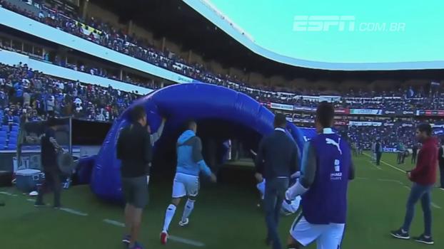 No México, jogador sai desenfreado pelo túnel atrás de companheiro de equipe que falhou em gol sofrido; veja