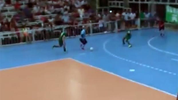 Goleiro dá chapéu, dribla, faz gol e rouba a cena em partida de futsal