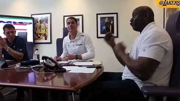 Com direito a dancinha, veja o momento em que Magic Johnson escolheu Lonzo Ball no Draft da NBA