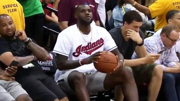 LeBron James faz cesta sentado, mas quase nem reage ao acerto