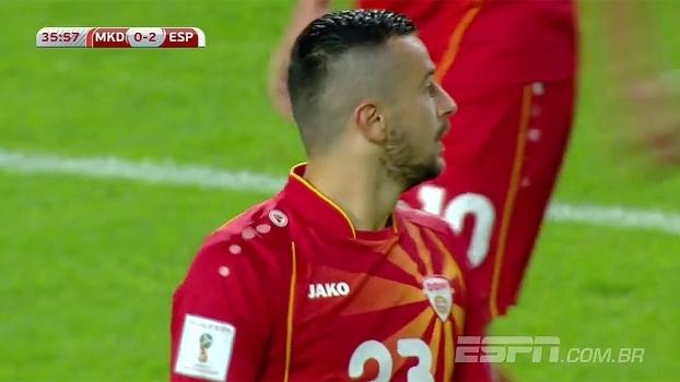 Nestorovski tenta cabecear, mas Pique desvia, e Macedônia ganha escanteio
