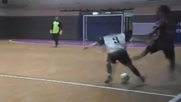 Fecha as pernas! Em partida de futsal, jogador leva caneta e cai no chão