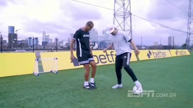 Freestyler impressiona Rivaldo com belos dribles e manobras