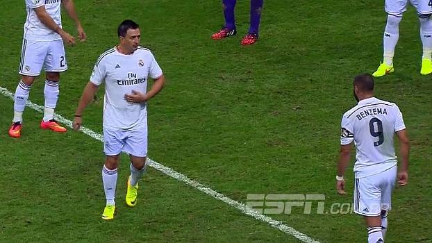 Com uniforme completo, invasor se passa por Cristiano Ronaldo, bate-papo com Benzema e 'fura' escanteio