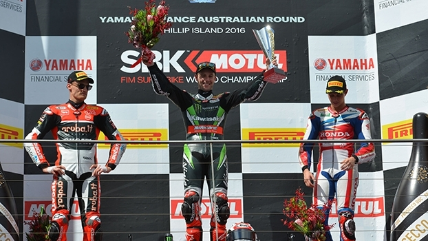 Jonathan Rea faz linda ultrapassagem na última curva e vence a 1ª bateria do Mundial de Superbike