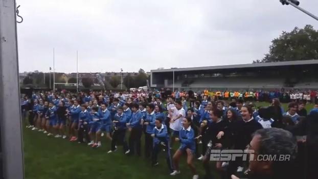 De arrepiar: crianças realizam haka homenageando All Blacks que estão visitando a Espanha