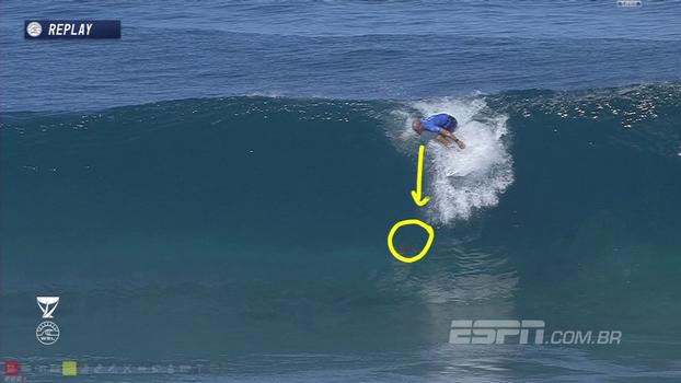 Kelly Slater é atrapalhado por tartaruga durante onda no Havaí e acaba caindo; assista