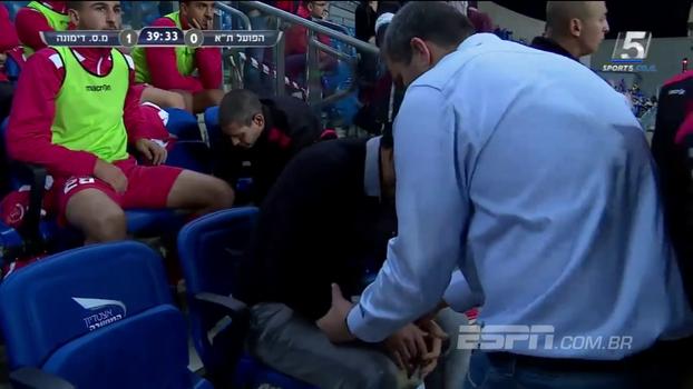 Na Copa de Israel, jogador acaba dando carrinho em seu próprio treinador, que machuca o braço