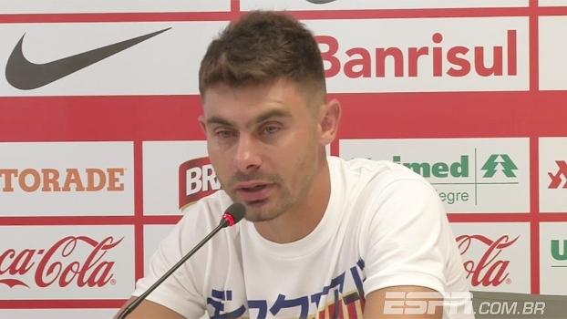 Chorando em despedia, Alex lamenta situação do Inter: 'Sinto pelo clube e pelo torcedor'