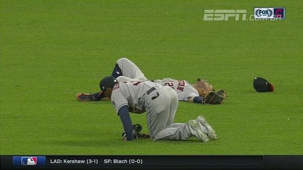 Fogo amigo! Companheiros de Houston Astros se trombam tentando fazer a defesa