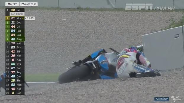 Piloto erra na curva e sofre acidente na Moto 2