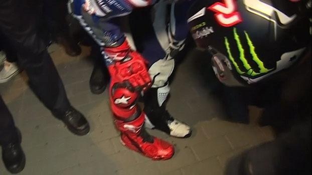 Tricampeão da Moto GP, Jorge Lorenzo queima a perna em comemoração, vai ao hospital, mas volta para festa