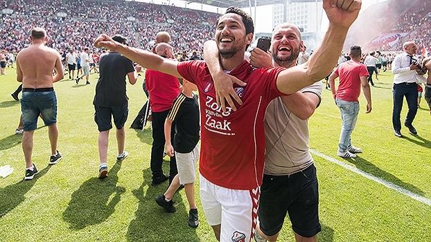 Com invasão da torcida, Utrecht devolve 3 a 0, vence AZ Alkmaar nos pênaltis e se classifica à Europa League