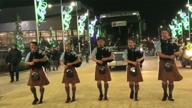 Barcelona foi recebido na Escócia ao som de gaitas de foles