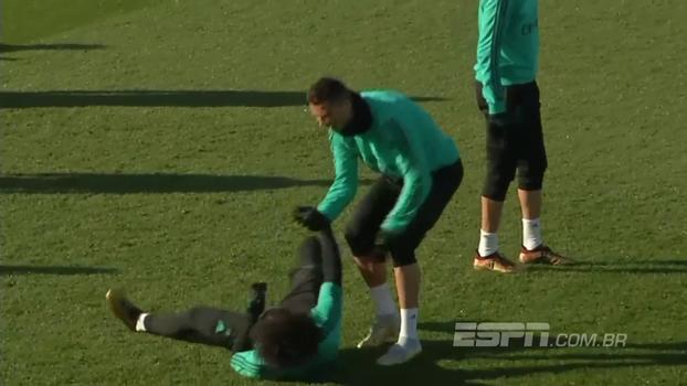 Já vai? Cristiano Ronaldo 'dribla' em disputa no alto e Marcelo cai como um saco de batatas no chão