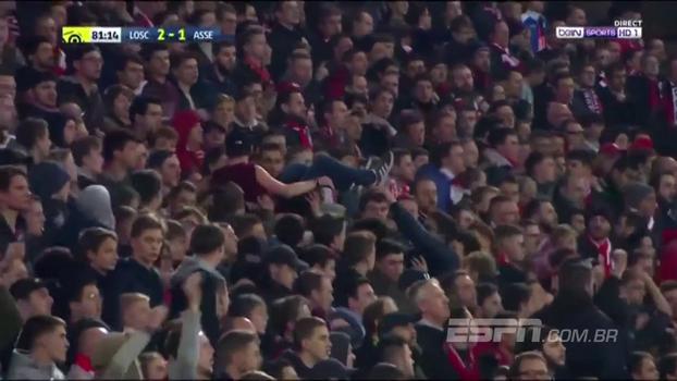 Como um astro de rock, torcedor do Lille é carregado por outros fãs durante jogo
