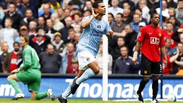 Com chutaço de fora da área, brasileiro decidiu o clássico de Manchester de 2007 a favor do City