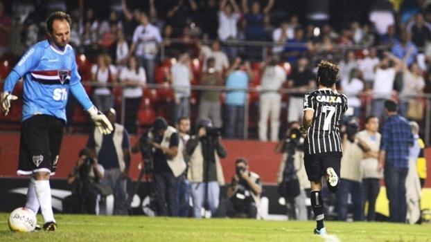 Empate no tempo regulamentar, adiantada de Ceni e 'xiu' de Pato; reveja SP x Corinthians da semi de 2013