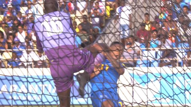 Goleiro de Senegal dá joelhada de MMA, desmonta adversário e não recebe nem amarelo