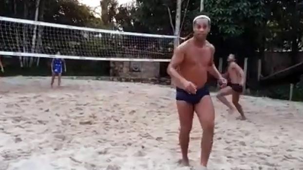 Veja Ronaldinho Gaúcho jogando futevôlei na praia
