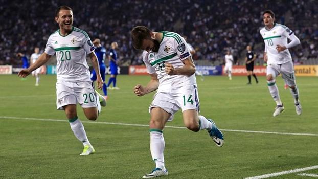 Com gol nos acréscimos, Irlanda do Norte bate Azerbaijão e fica a 2 pontos da Alemanha