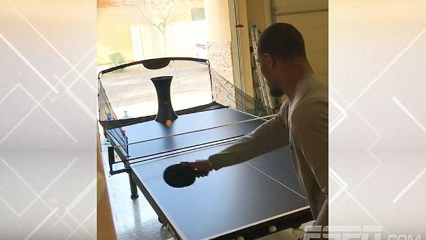 Forever alone? Running back da NFL mostra como faz para jogar ping pong sozinho